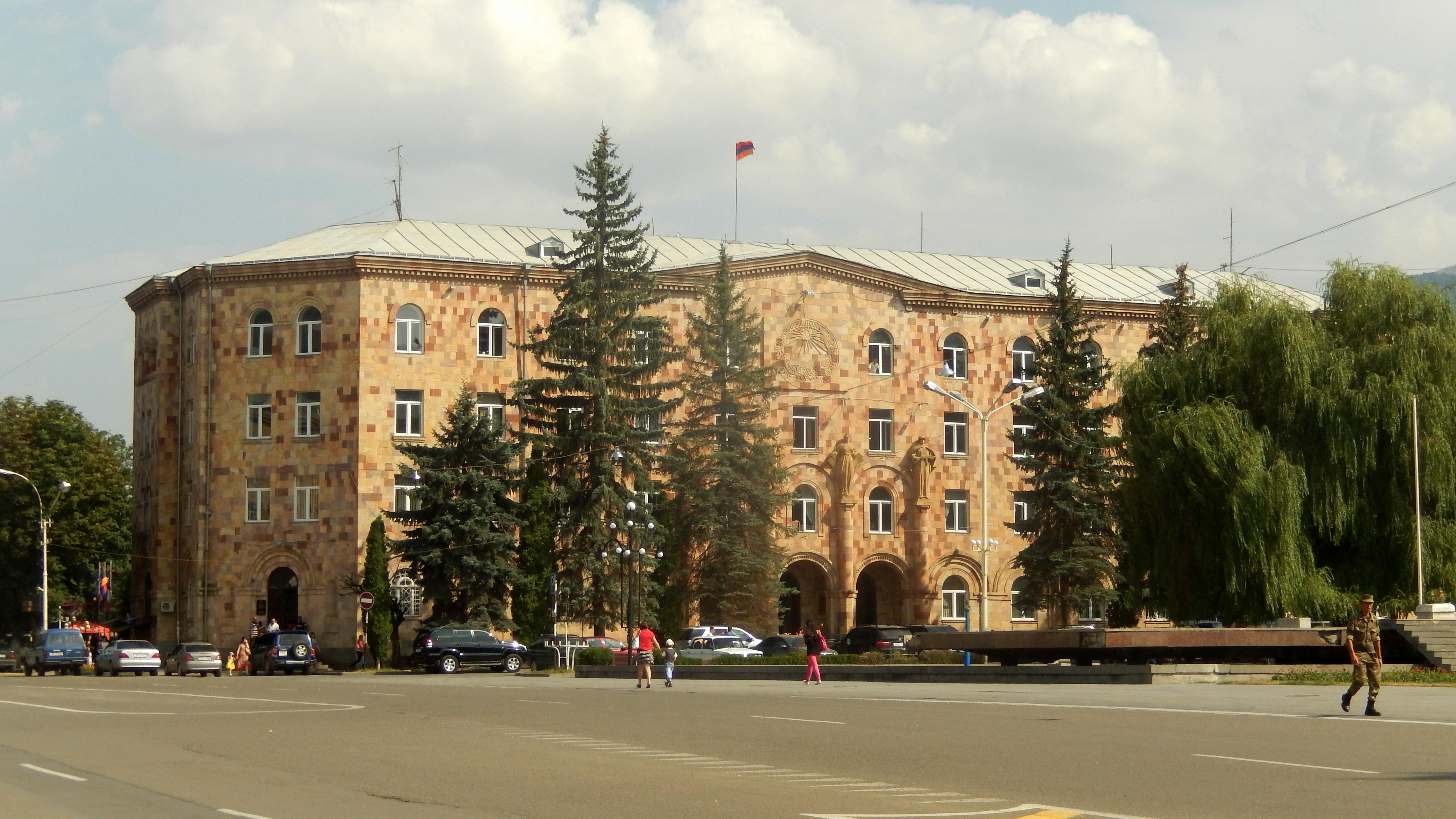 Վանաձորի քաղաքապետարանի աշխատակիցները տարածում են ՌԴ միգրացիոն ծառայության պետական ծրագրի բուկլետներ. «Ժամանակ»