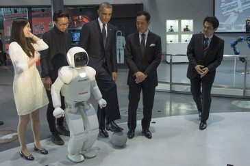 Բարաք Օբաման ռոբոտի հետ ֆուտբոլ է խաղացել (Video)