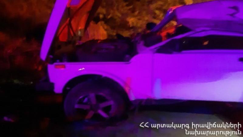 Հրազդանի կիրճում «Նիվա» ավտոմեքենան բախվել է անվադողի. դուրս եկել երթևեկելի հատվածից. հարվածել է ծառին և շրջել այն