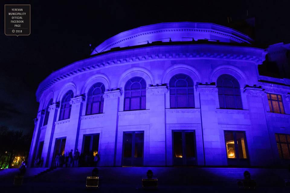 Աուտիզմի խնդրի իրազեկման նպատակով լուսավորվել է Օպերայի և բալետի ազգային ակադեմիական թատրոնի շենքը