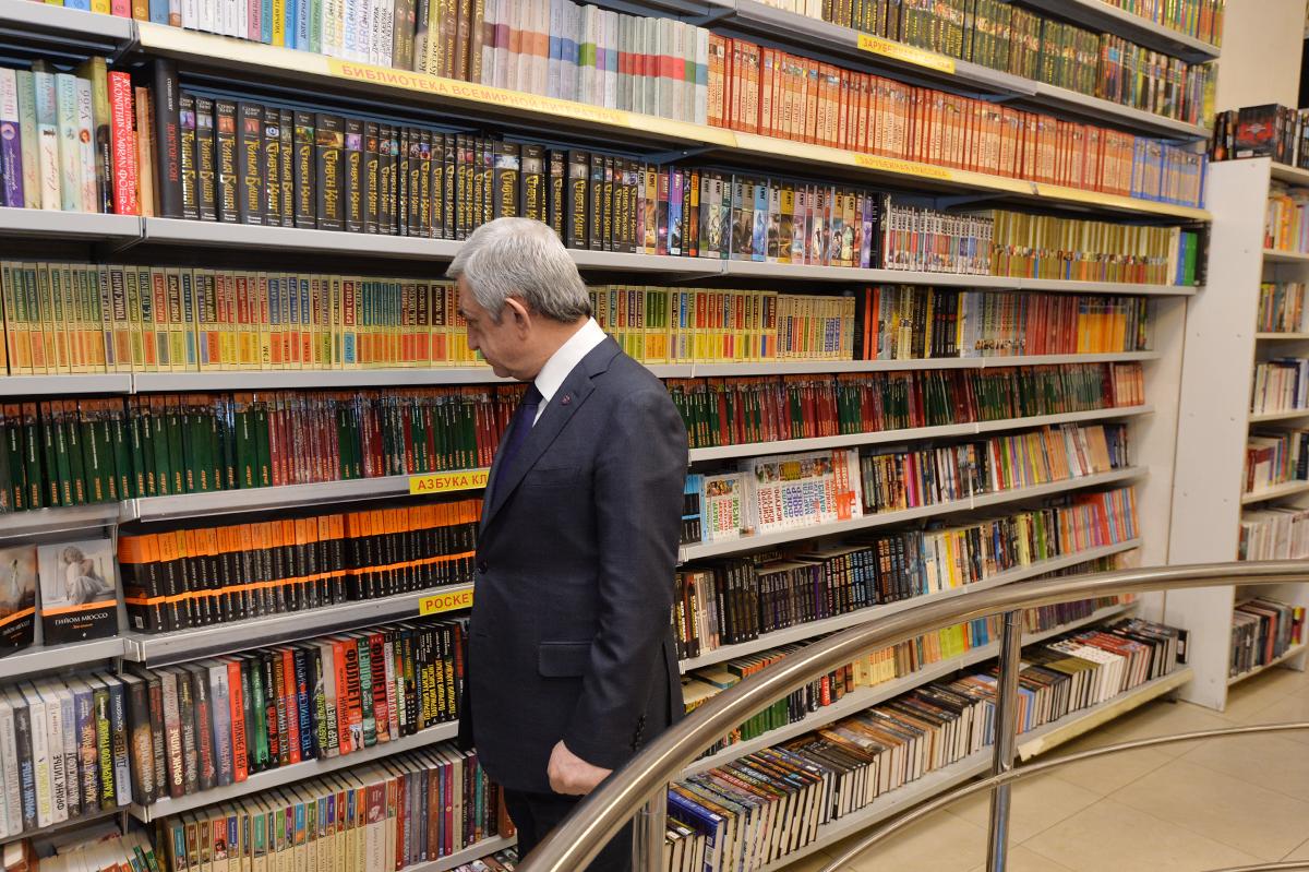 Նախագահը Գիրք նվիրելու օրվա կապակցությամբ այցելել է «Բուկինիստ» գրախանութ