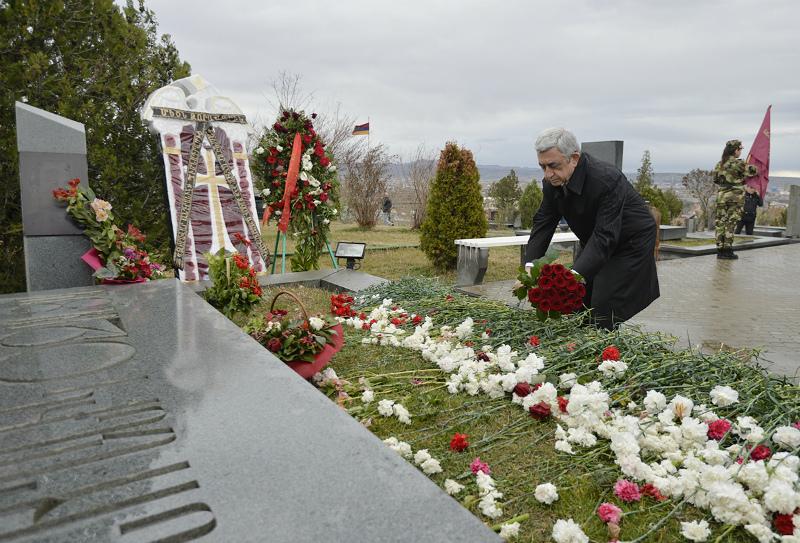 Սերժ Սարգսյանը Եռաբլուրում հարգանքի տուրք է մատուցել Սպարապետի հիշատակին
