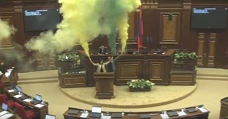 ԱԺ նիստերի դահլիճը գունավոր ծխի մեջ է. ԵԼՔ-ի անդամները գունավոր ճայթռուկ վառեցին