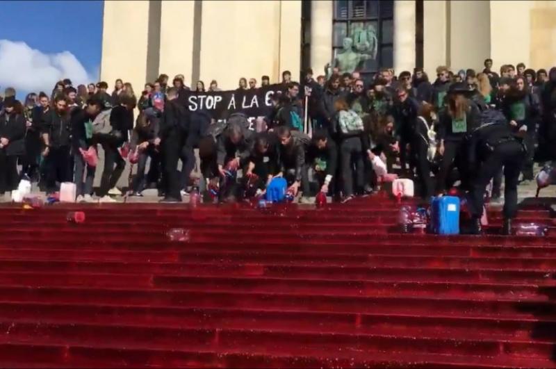 Փարիզում բնապահպան ակտիվիստները 300 լիտր արհեստական արյուն են լցրել հրապարակում
