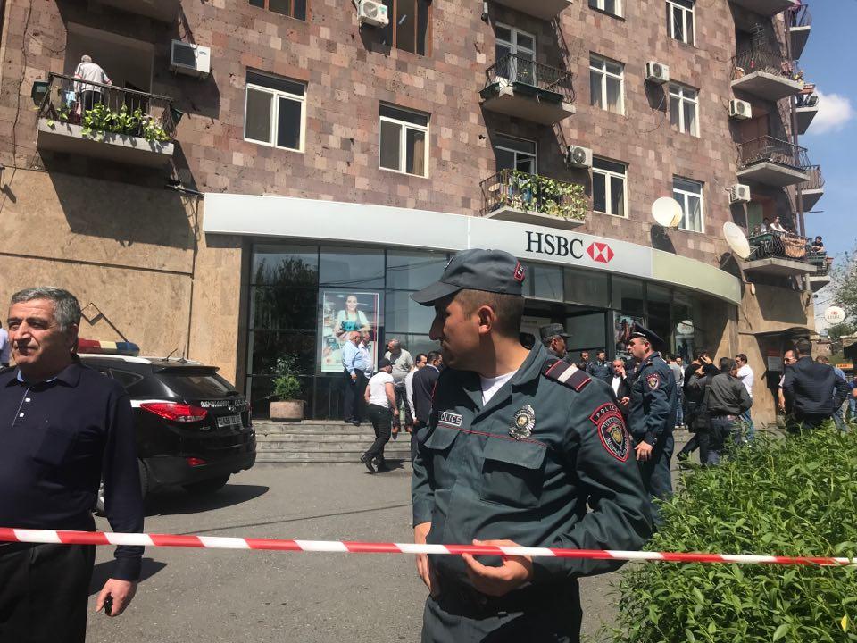 «HSBC» բանկի վրա հարձակված հանցագործին վնասազերծած անձինք պարգևատրվեցին (տեսանյութ)