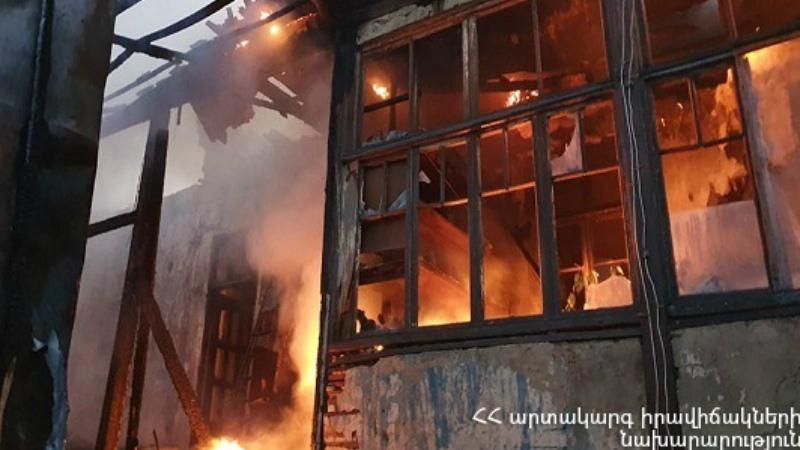 Երկհարկանի բնակելի շինությունում բռնկված հրդեհը մեկուսացվել է․ ԱԻ նախարարը դեպքի վայրում է