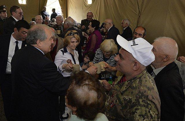 Նախագահը շնորհավորել է զինվորական վրանային ճաշի սեղանի շուրջ հավաքված վետերաններին
