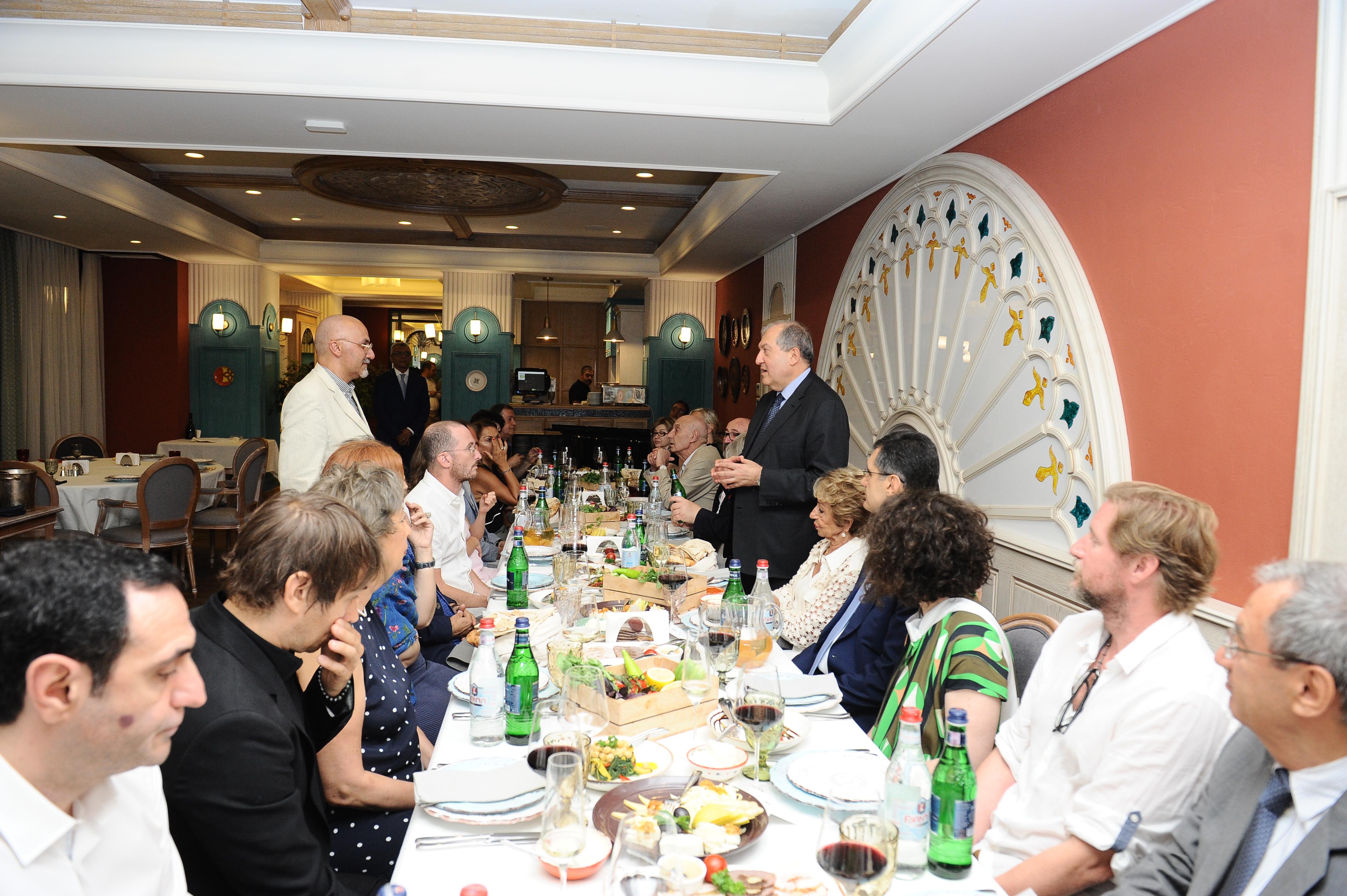 Արմեն Սարգսյանն ընթրիք-հանդիպում է ունեցել հայտնի կինոգործիչների հետ (լուսանկարներ)