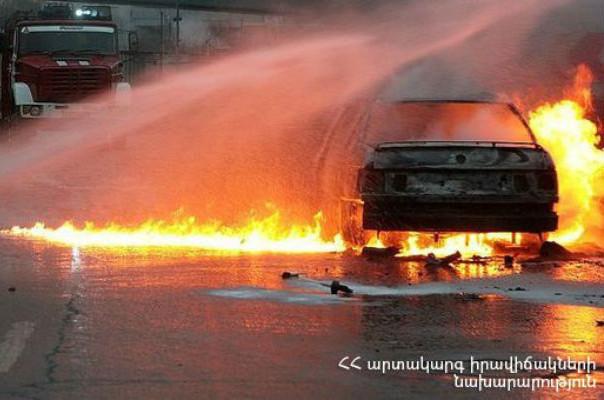 Մյասնիկյան պողոտայում մեքենան ամբողջությամբ այրվել է