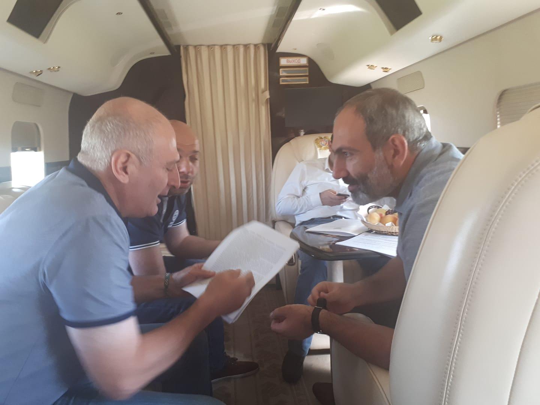 Բնապահպանն ու «Լիդիան Արմենիա»-ի տնօրենը ուղղաթիռում վարչապետին են ներկայացնում Ամուլսարի վերաբերյալ իրենց դիրքորոշումները