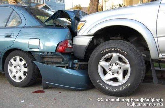 Ավտոմեքենան բախվել է կայանած «ՎԱԶ 21010» մակնիշի ավտոմեքենայի այնուհետև` մարտկոցների խանութի դռանը
