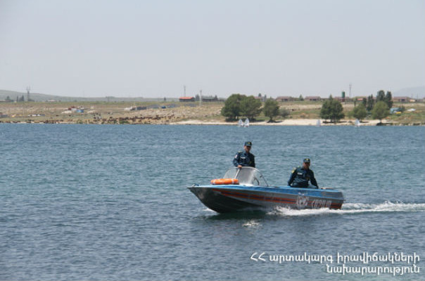 Սևանա լճում ափից հեռացած նավակներում գտնվողներից մեկին դեռ չի հաջողվել գտնել. որոնումները շարունակվում են