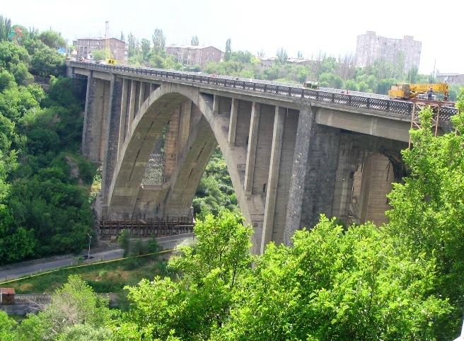 Արտակարգ իրավիճակ Կիևյան կամրջի վրա. երիտասարդ աղջիկը, անցնելով կամրջի վտանգավոր եզրագիծը, սպառնում է ինքնասպան լինել