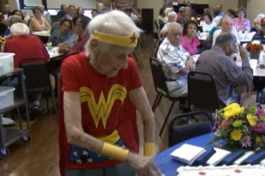 Ամերիկուհին 103-րդ տարեդարձը նշել է Հրաշք կնոջ հագուստով