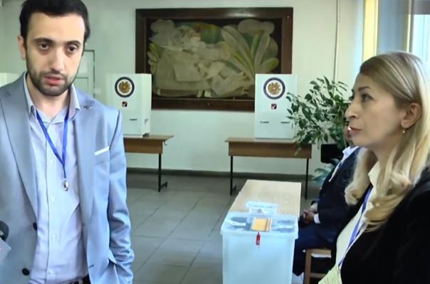 Արաբկիրի 4/20 տեղամասում հանձնաժողովի նախագահը «Լուսավոր Հայաստանի» կրծքանշան է կրել
