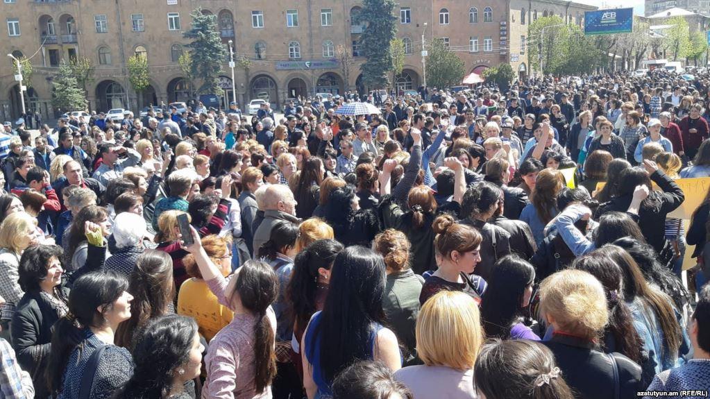 Վանաձորի «Գլորիա» կարի ֆաբրիկայում գործադուլ է. շուրջ 3 հազար կին դուրս է եկել երթի