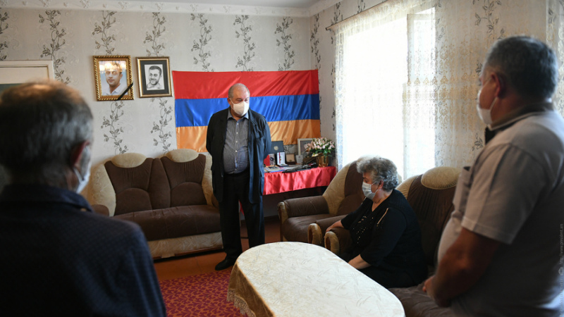 Խոնարհվում եմ նրա անմար հիշատակի առաջ. Արմեն Սարգսյանն այցելել է ռազմական գործողությունների հետևանքով զոհված Սոս Էլբակյանի ընտանիքին