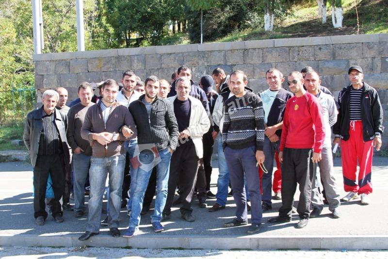 Մինչ «Սանիթեք»-ը ամպագոռգոռ հայտարարում է, թե Երևանում սանմաքրումը «OK» է, նրա մեծ թվով աշխատակիցներ բողոքի ակցիա են սկսել. (լուսանկարներ)