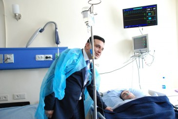 Արմեն Մուրադյանը շարունակում է այցելել մայրաքաղաքի հիվանդանոցներում ապաքինվող զիվորներին