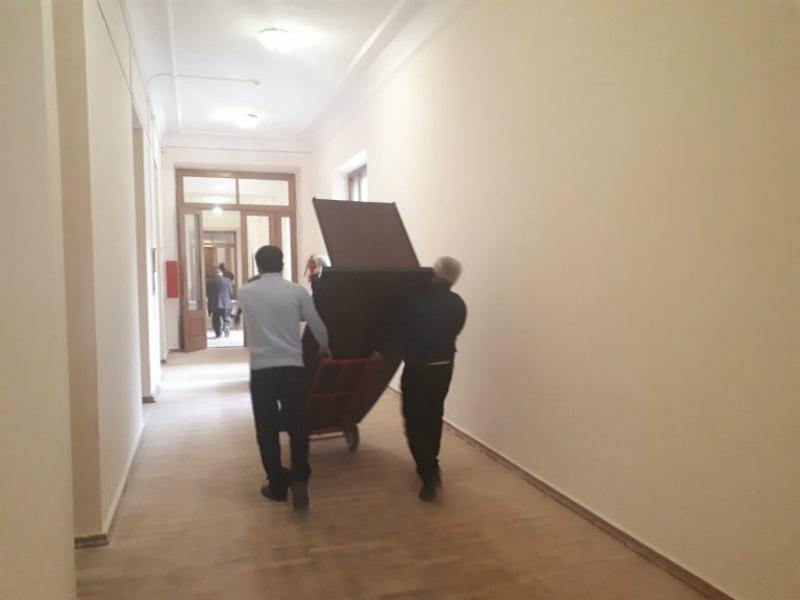 ԱԺ աշխատակազմն այս օրերին խառն է, նախկինները  սենյակներն են դատարկում՝ «ոչ մի աթոռ» հակված չեն թողնել նորերին․ «Հրապարակ»