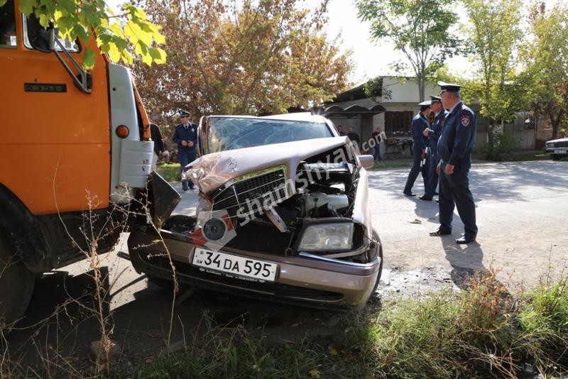 Խոշոր ավտովթար Արմավիրի մարզում. 23-ամյա վարորդը Mercedes-ով մխրճվել է կայանված Камаз-ի մեջ. բժիշկները պայքարում են նրա կյանքի համար. (լուսանկարներ)