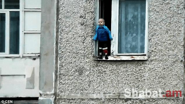 Սարսափելի է. փոքրիկը կանգնել է 8-րդ հարկի պատուհանագոգին (տեսանյութ)