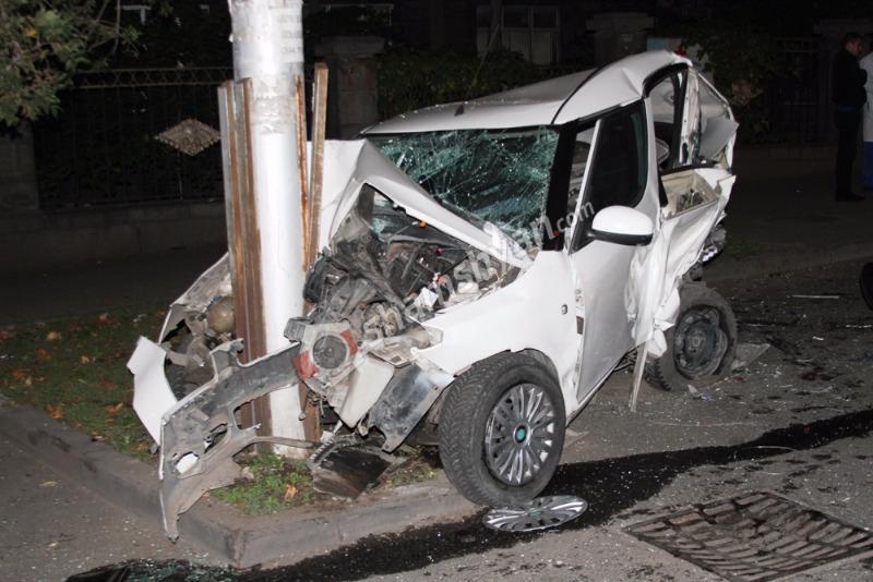 Ավտովթար Երևանում. բախվել են Volkswagen Touareg և Skoda մակնիշի ավտոմեքենաները. Skoda-ն բախվել է էլեկտրասյանը. կա վիրավոր (լուսանկարներ)