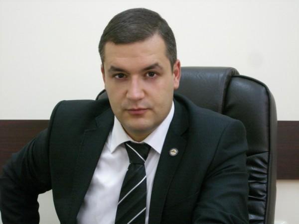 ԱԺ ամբիոնից ժողովրդավարության մասին ելույթներ ունեցող Տիգրան Ուրիխանյանն ունակ է զենքով հարցեր լուծել. ինչու կրակեց նա  armlur.am