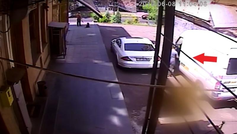 Ավտոմեքենայի սրահից պայուսակ են գողացել՝ պատճառելով ավելի քան 700 հազար դրամի վնաս (տեսանյութ)