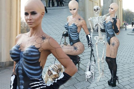 Մոդելը մերկացել է Բեռլինի կենտրոնում հանուն Հելոուինի