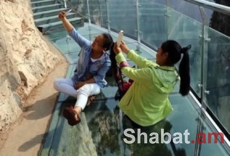 Չինացի զբոսաշրջիկների սարսափը, երբ 1.000 մ բարձրության վրա ապակե կամուրջը ճաքել է