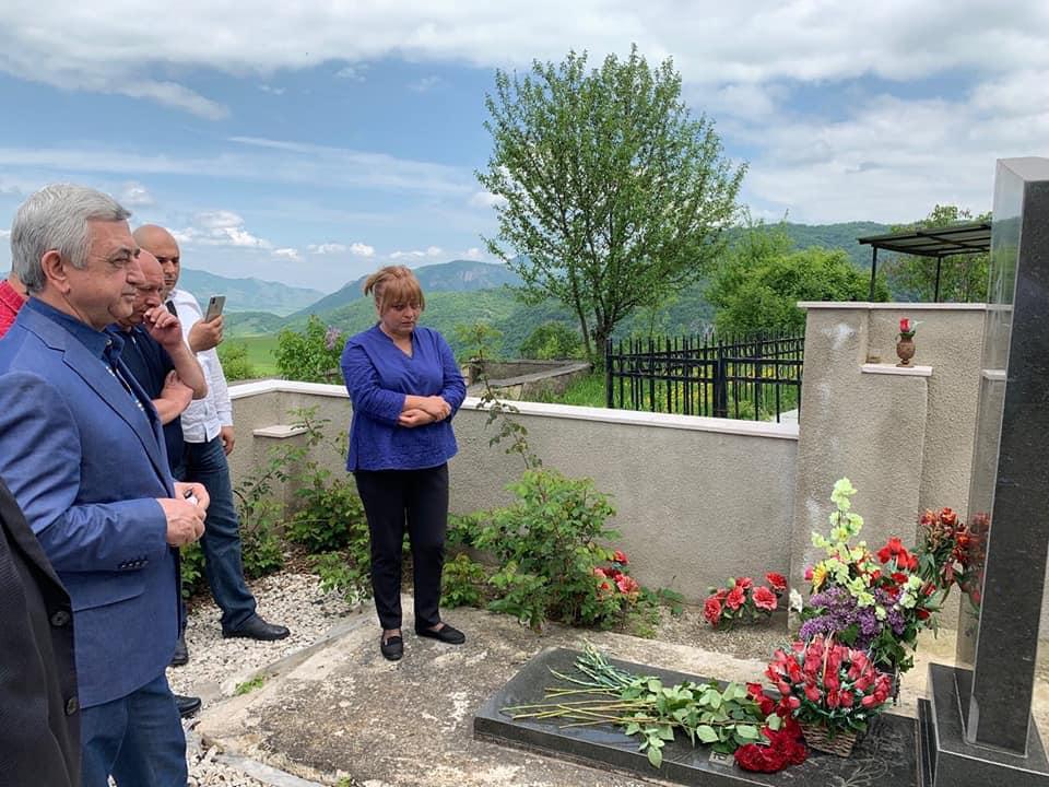 Սերժ Սարգսյանը Քոլատակ գյուղում ծաղիկներ է դրել իր մարտական ընկերոջ գերեզմանին