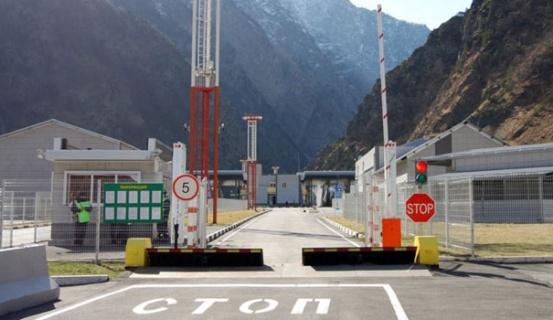 Ստեփանծմինդա-Լարս ավտոճանապարհը 05.30-ից մինչև 20.30-ը բաց է մարդատար, իսկ մինչև 00.00-ն` բեռնատար ավտոմեքենաների համար