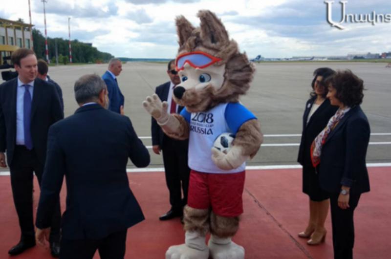Նիկոլ Փաշինյանը տիկնոջ հետ ժամանել է Մոսկվա. վարչապետը «Զաբիվակա» գայլի հետ ֆուտբոլ է խաղացել (տեսանյութ)