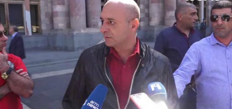 Բողոքի ակցիա Կառավարության դիմաց. պահանջում են պատժել փոխգնդապետ Արա Մխիթարյանին ծեծողներին