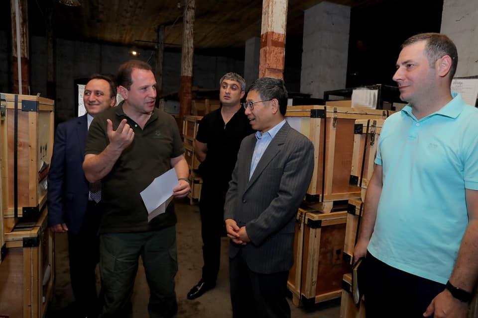 Դավիթ Տոնոյանը Հայաստանում ՉԺՀ  դեսպան Թիան Էրլունի և դեսպանության ռազմական և ռազմաօդային կցորդ Չժան Ֆենխուայի հետ այցելել է հանրապետության զորամասերից մեկը