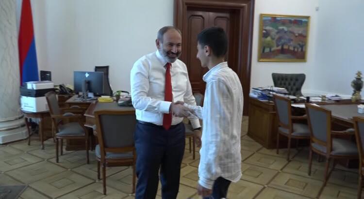 Վարչապետը զրուցել է Գյումրու տնակային ավանի մի հատվածը աղբից մաքրած 14-ամյա Միքայելի հետ (տեսանյութ)