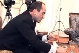 Ռոբերտ Քոչարյանը փորձում է «Քինդեր» ձվիկ հավաքել