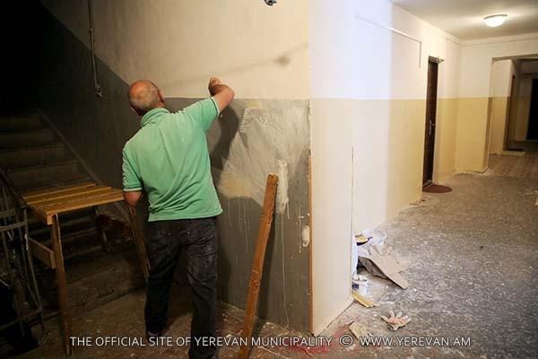 Մայրաքաղաքի բազմաբնակարան շենքերի մուտքերի վերանորոգման աշխատանքներն ավարտական փուլում են (լուսանկարներ)