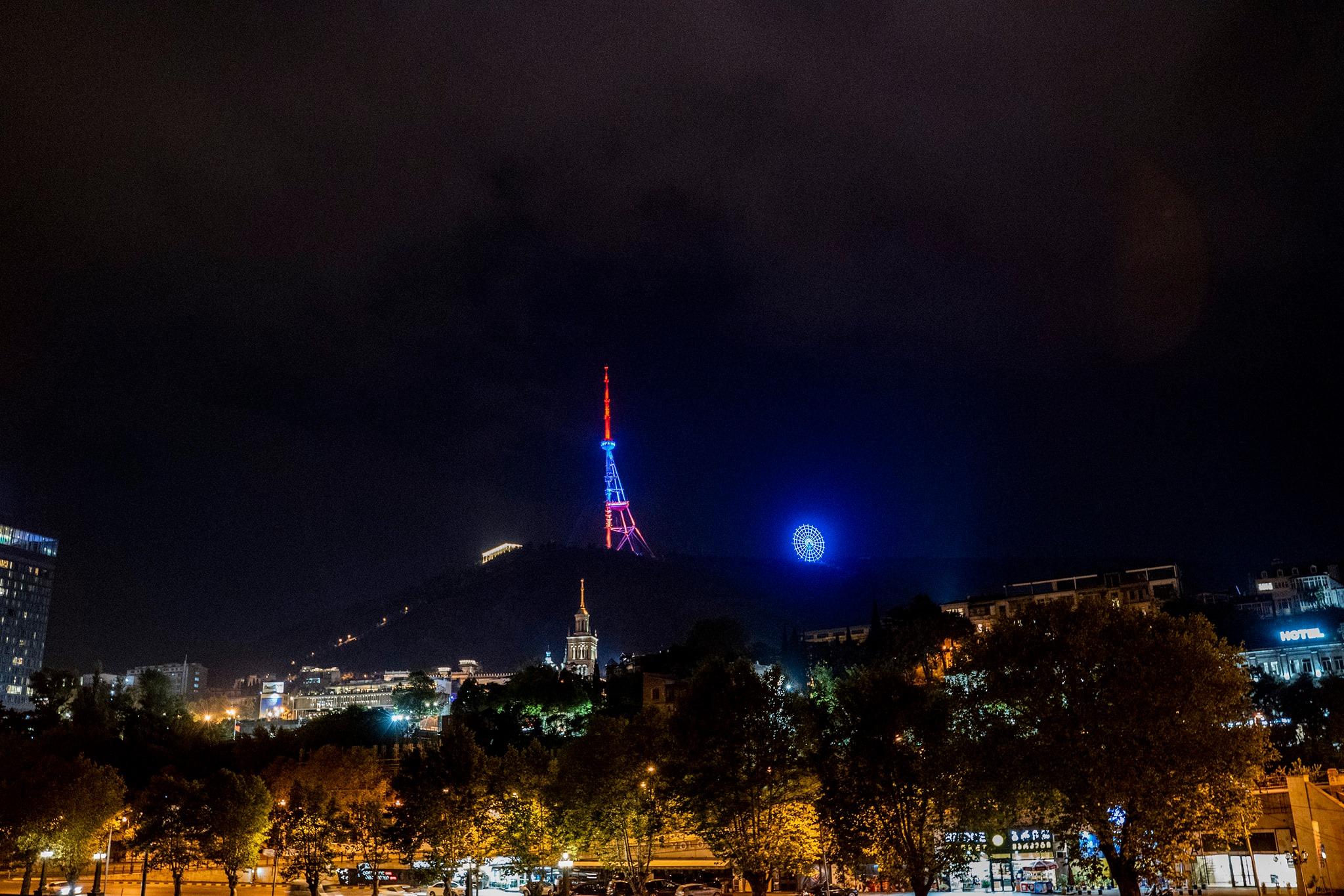 Անկախության տոնի առթիվ Հայոց եռագույնով պատված հեռուստաաշտարկն ու գիշերային հիասքանչ Թբիլիսին