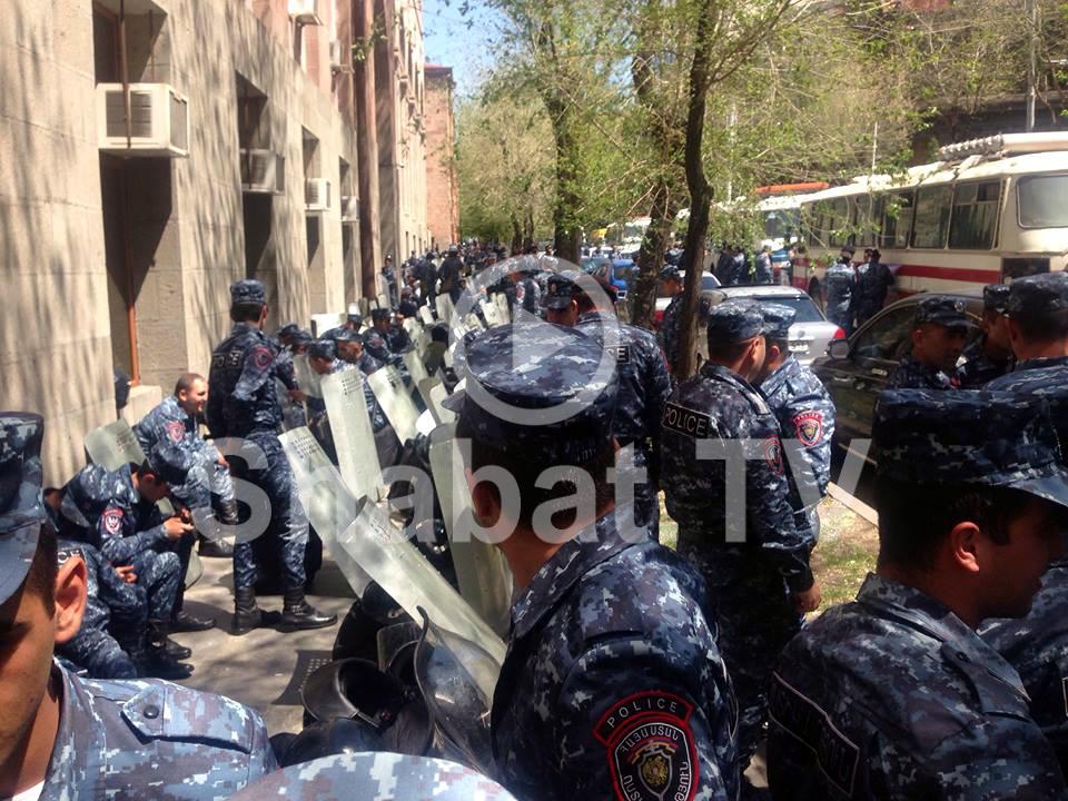 Ոստիկանները փակել են Մելիք Ադամյան փողոցը և անգամ բնակիչներին չեն թողնում գնալ իրենց տուն