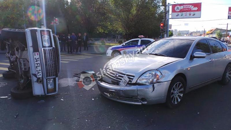 Երևանում՝ «Հարսնաքար» ռեստորանային համալիրի դիմաց, բախվել են Nissan Teana-ն ու «07»-ը. վերջինը կողաշրջվել է