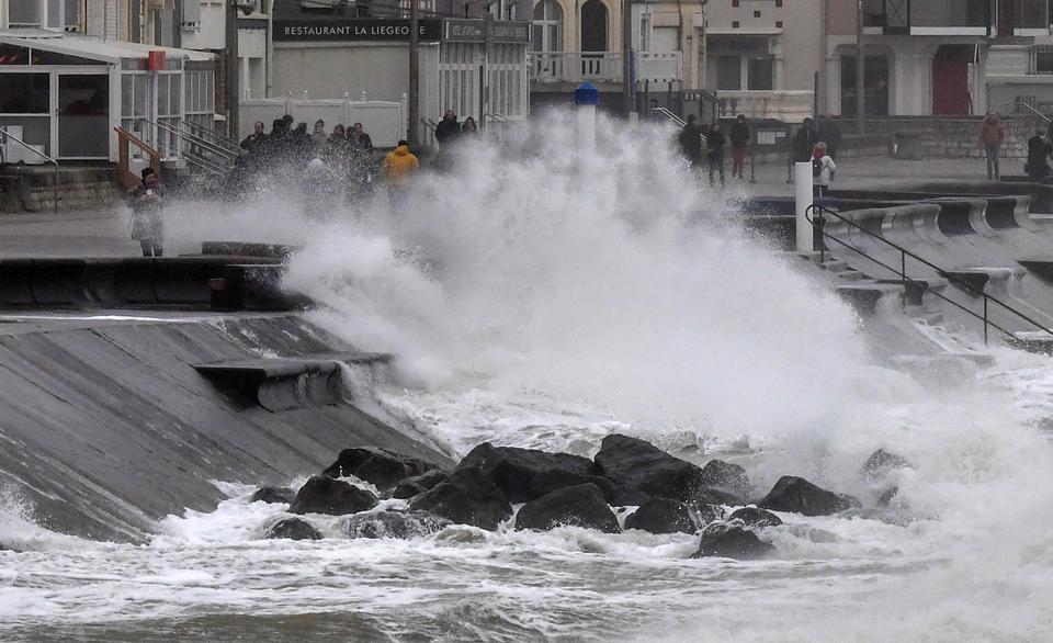Մեծ Բրիտանիայում փոթորկի հետևանքով մի շարք շրջաններում խաթարվել է կյանքի բնականոն ընթացքը (լուսանկարներ)