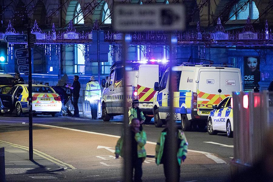 Теракт в Великобритании: есть десятки погибших и раненых (видео)