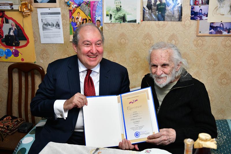 Նախագահն այցելել է Երվանդ Մանարյանին և նրան հանձնել ժողովրդական արտիստի կրծքանշանը