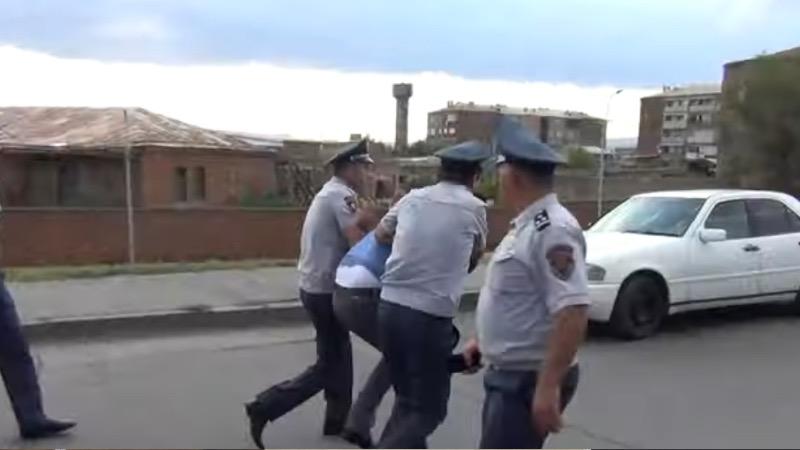 Մարիխուանա, մահակներ. Ոստիկանության ուժեղացված ծառայությունը Արմավիրում (տեսանյութ)