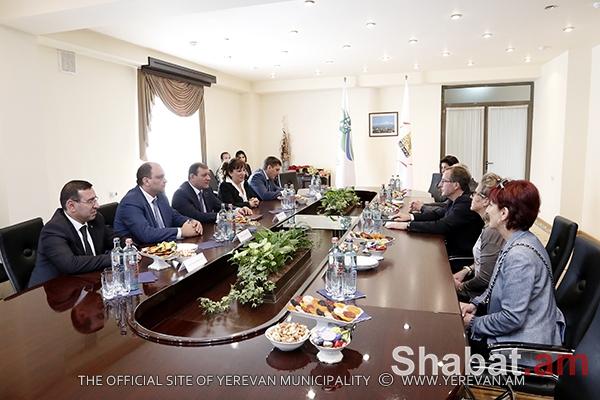Քաղաքապետ Տարոն Մարգարյանը հանդիպել է Պլեսի Ռոբինսոնի գործընկերոջ հետ (լուսանկարներ)