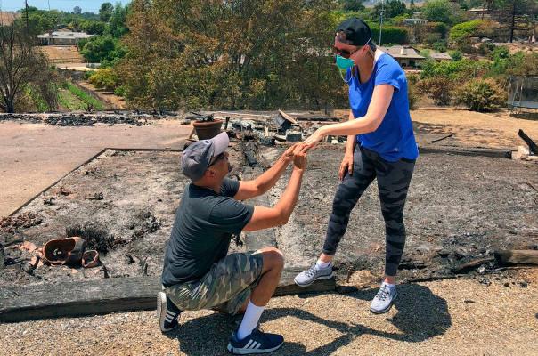 Կալիֆոռնիայում ամուսինը գտել է կնոջ ամուսնական մատանին նրանց այրված տան մոխրի միջից ու կրկին առաջարկություն արել նրան