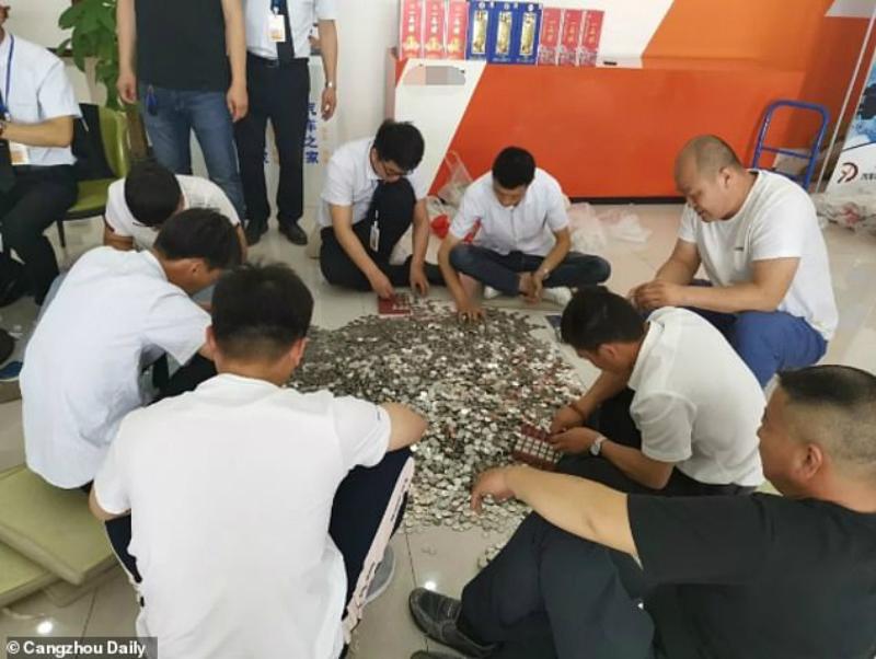 Չինուհին 27 000 դոլարանոց ավտոմեքենայի համար վճարել է 66 տոպրակ մետադրամներով (լուսանկարներ)