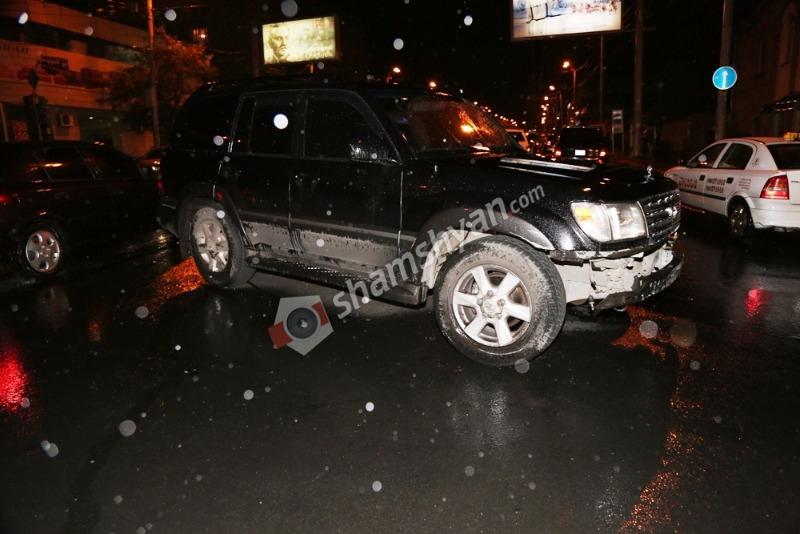 Երևանում բախվել են Toyota-ն ու Нива-ն, որից հետո նրանցից մեկը՝ լուսակրին, ինչն էլ ընկել է հետիոտների վրա. նրանցից մեկը ծայրահեղ ծանր է. (լուսանկարներ)